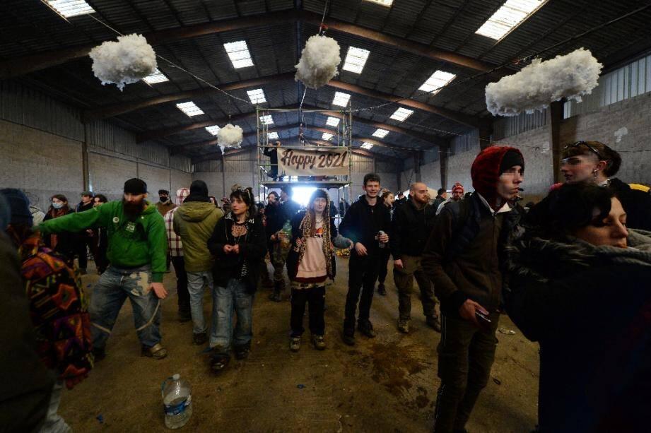 Des participants à une fête sauvage du Nouvel an à Lieuron (environ 40 km au sud de Rennes), le 1er janvier 2021