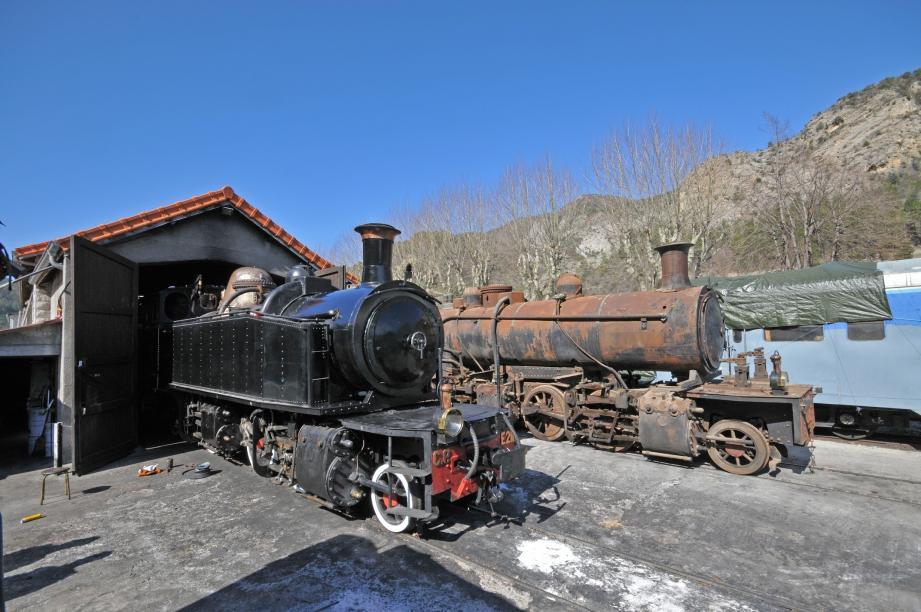 Au premier plan, la locomotive E211, acquise par le GECP en 1986. Au second plan, la E182, fraîchement acquise et à rénover. Elles roulaient toutes les deux dans le nord du Portugal des années 1920.