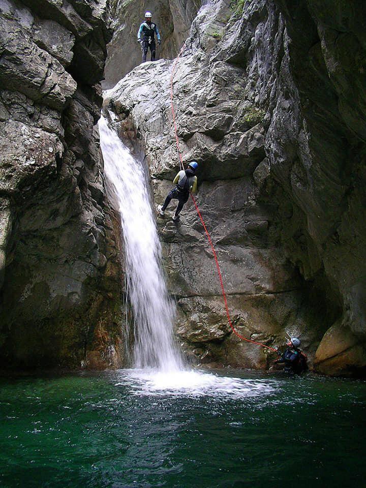 CRS, gendarmes, guides, licenciés de la Fédération française montagne escalade... Tous apportent leur pierre à la reconstruction des canyons endommagés par le cataclysme du 2 octobre.