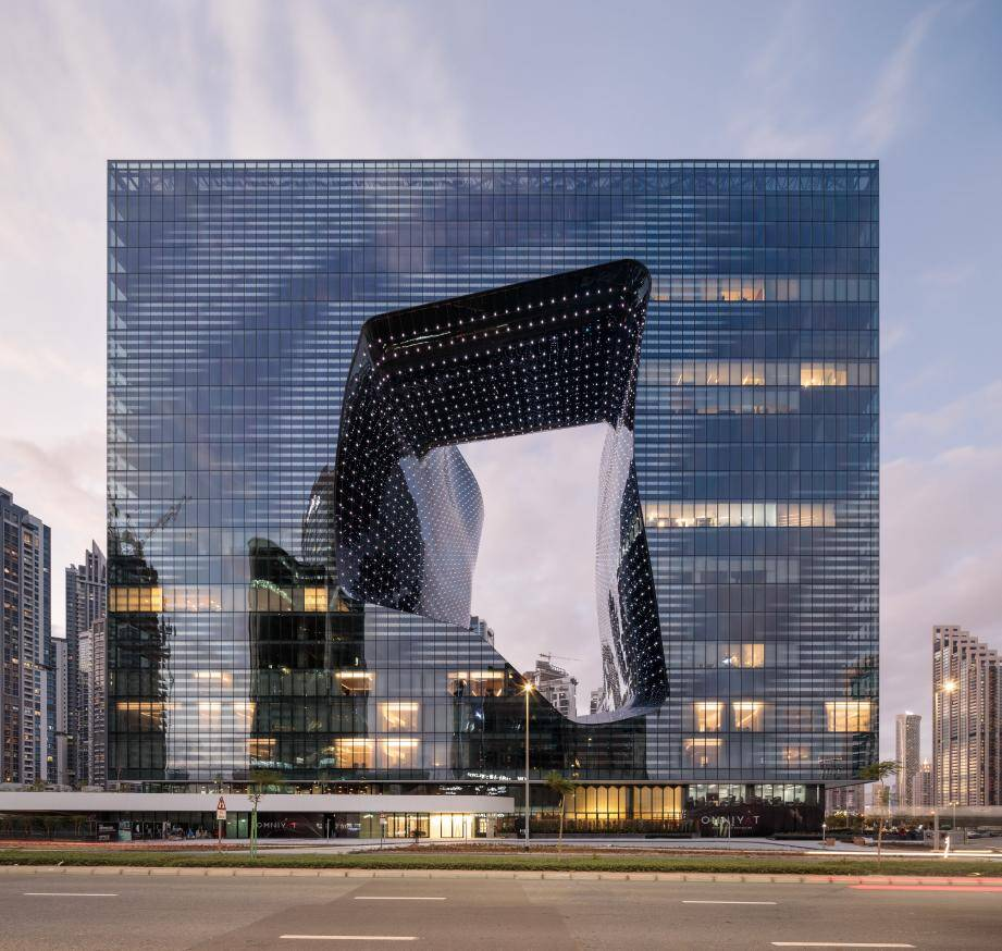 L'architecture intérieure et extérieure a été pensée par Zaha Hadid. Une structure étonnante au pied de la tour Burj Khalifa.