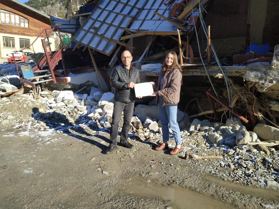 Ocellina Geniez a remis à Eric Gili le chèque (fac-similé) de sa collecte pour la reconstruction du musée.