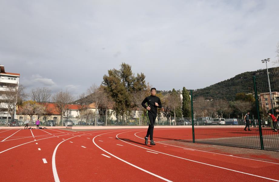 Le sportif courait sur le stade Vauban lorsqu'un projectile l'a fauché au niveau du tibia.