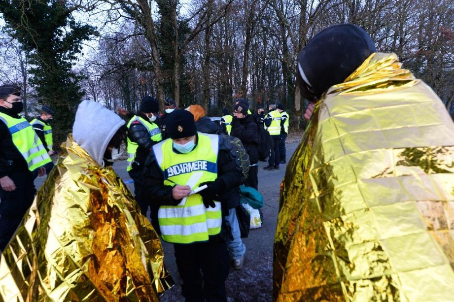 Des gendarmes relèvent les coordonnées de participants à une rave-party sauvage à Lieuron le 2 janvier 2021