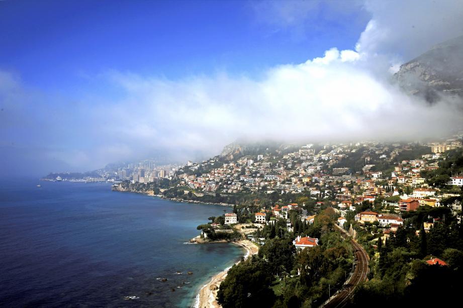 Roquebrune et de Monaco sous les nuages.