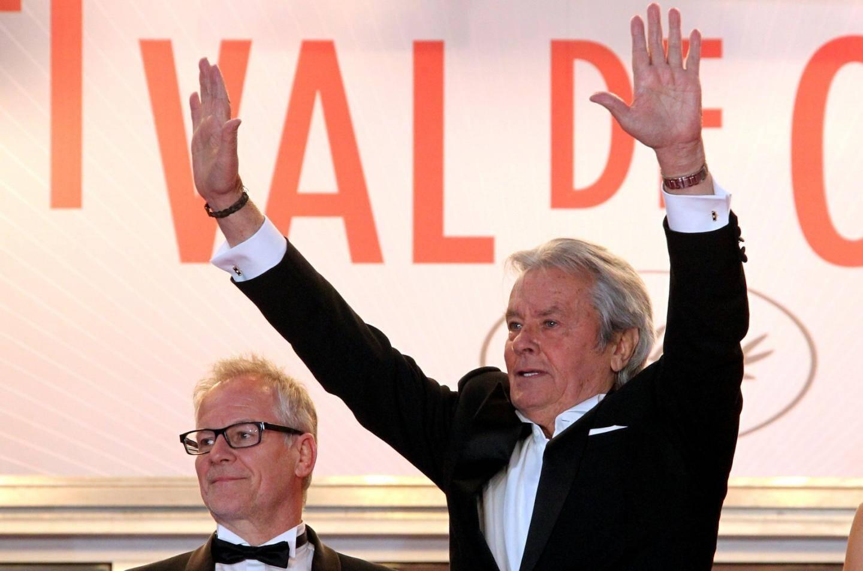 Alain Delon sur les marches du Palais des Festivals de Cannes.