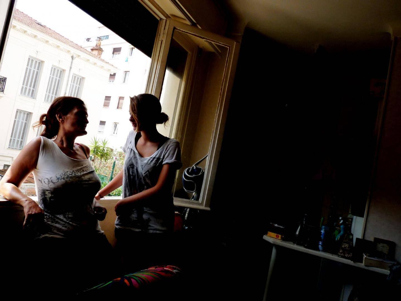 Carine D. et sa fille vivent dans la même pièce depuis bientôt trois ans et peinent à se voir attribuer un nouvel appartement.(Photos Ga. B.)