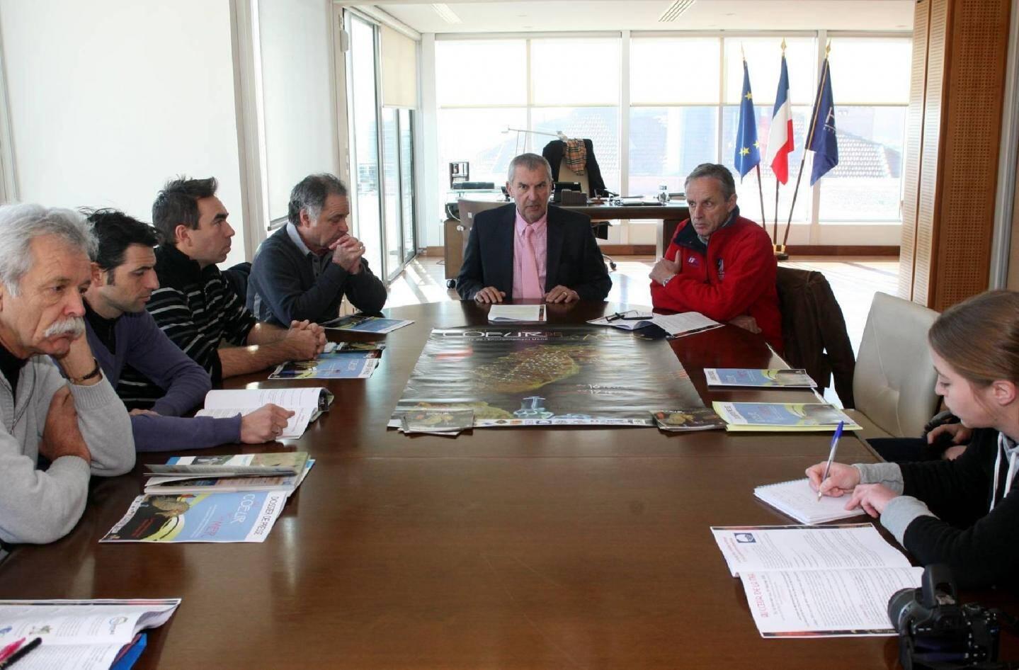En présence de quelques-uns des partenaires de la manifestation, le maire d'Hyères, Jacques Politi, et son adjoint aux ports, Edmond Bacci, ont présenté cette troisième édition d'Au cœur de la mer , plus étoffée que les précédentes.