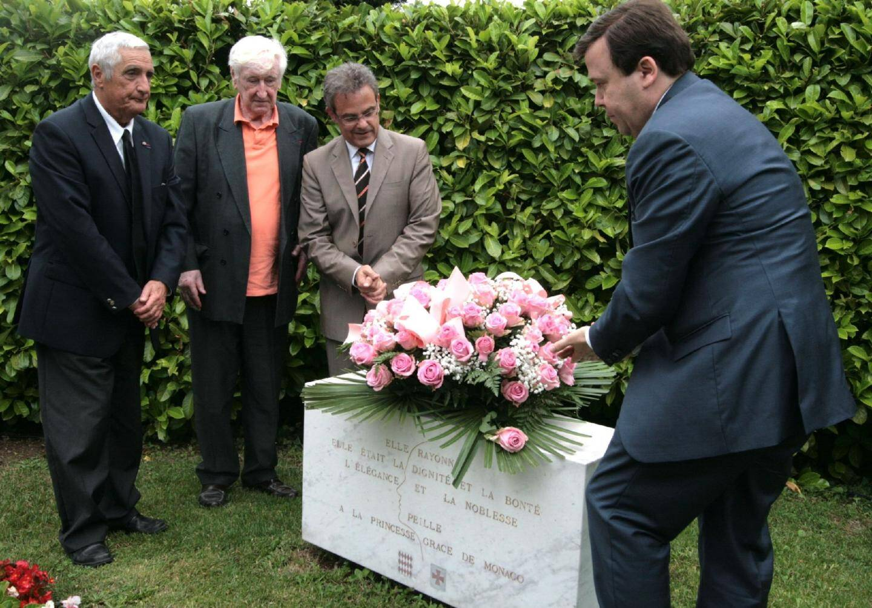 Dans les jardins de la Chapelle de Saint-Martin-de-Peille, la stèle érigée à la mémoire de la Princesse Grace de Monaco.