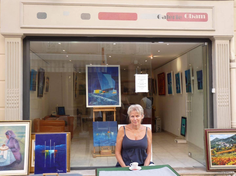 Brigitte Guyot, devant sa galerie Obam, participe à la braderie ce week-end.