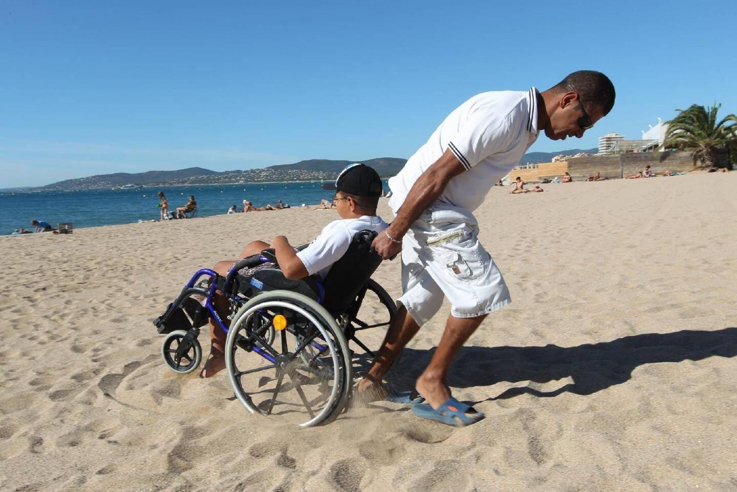 Il est difficile d'accéder à la plage quand on est en fauteuil roulant. Une mission périlleuse qui en dissuade plus d'un.