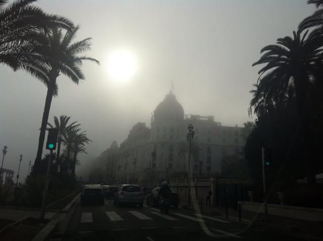 Le Negresco rendu presque invisible par la brume.