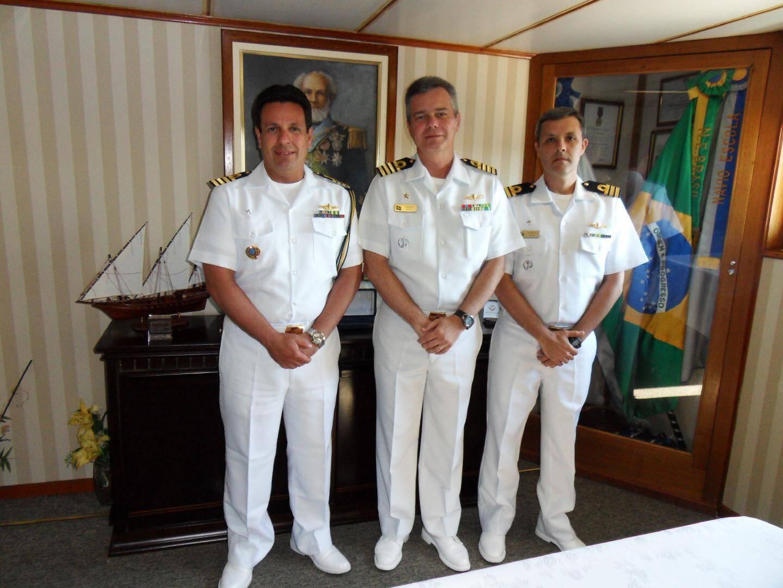 De gauche à droite, l'attaché naval CV Luiz Roberto Cavalcanti-Valicente, le CV Renato Garcia Arudo et le CF Marcelo Petrille, second du « Brasil ».