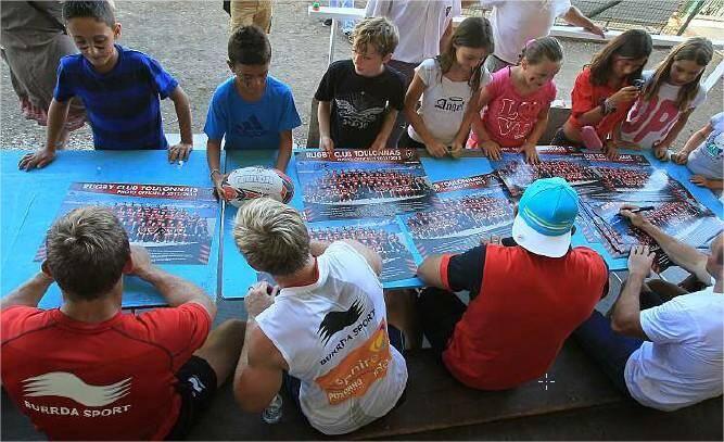 Les joueurs ont signé des posters de l'équipe lauréate de la H Cup, mais aussi des ballons, tee-shirts et casquettes pour ceux qui en avaient.
