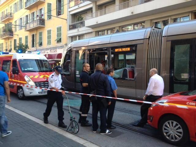 Une collision est survenue à Nice, ce mardi matin à 9 h 15, entre une rame de tramway et un camion, à l'intersection entre l'avenue de la République et la rue Barla.