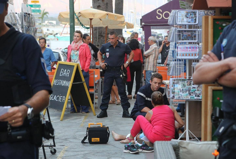 Parmi les passants et les commerçants de la place, l'une des victimes, Vincent Erard reçoit les premiers soins.