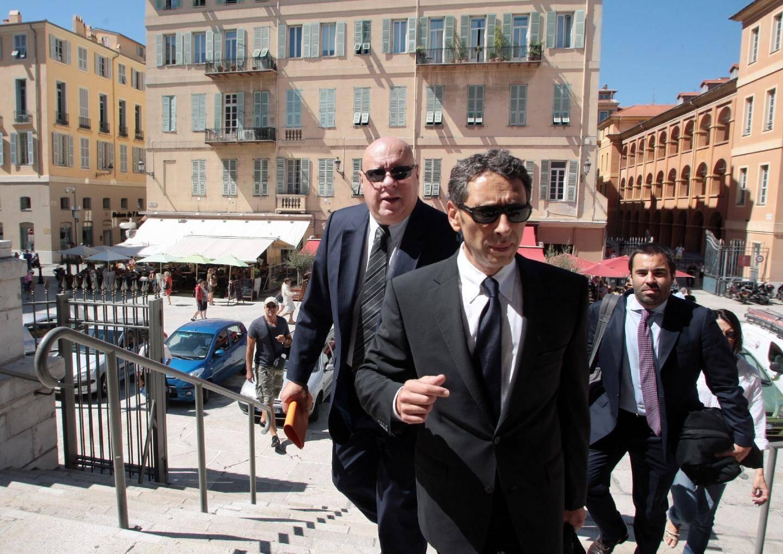 Le directeur de la Semiacs, Henri Alonzo (au deuxième plan), entouré par ses avocats Mes Soussi, Lauze et Rometti, à son arrivée au palais de justice de Nice au mois de septembre.