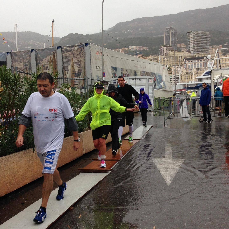 Mardi matin, les organisateurs ont installé des planches de bois pour permettre aux coureurs de passer malgré les 10 cm d'eau.