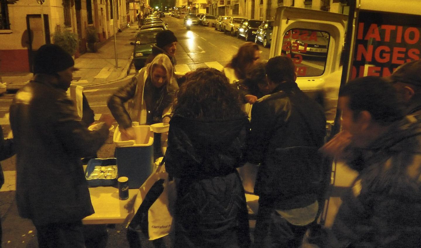 Grâce à l'association, 250 sans-abri mangent chaud chaque lundi soir à Nice. Le reste de la semaine, d'autres associations, niçoises ou monégasques, viennent en aide aux plus démunis.