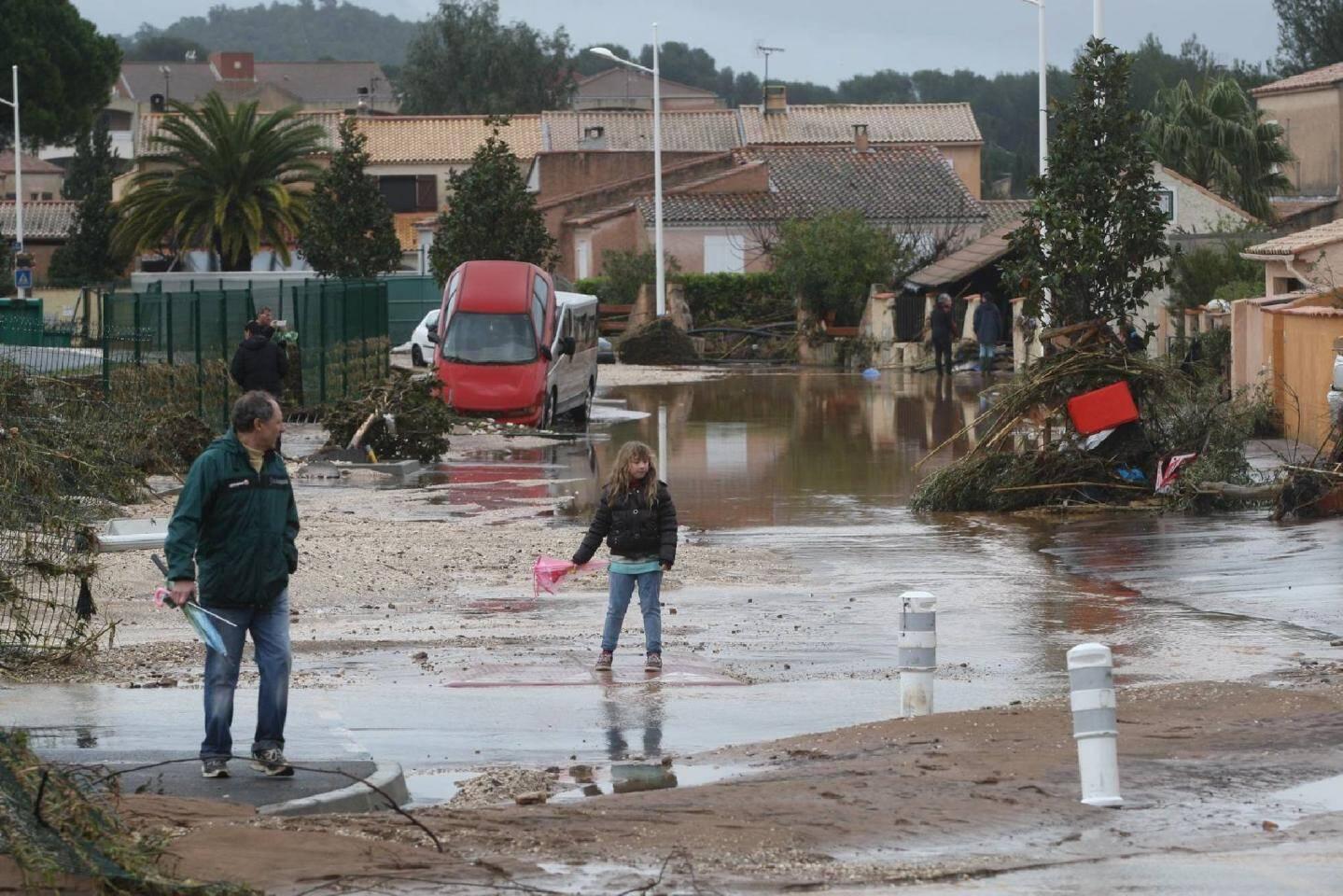 Après le déluge, les habitants n'ont pu que constater les dégâts, comme dans ce quartier près du stade à La Londe.
