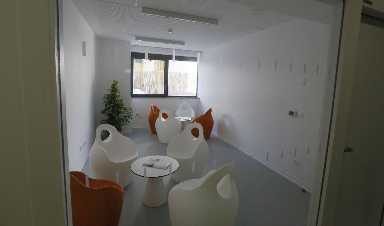 L'ensemble des locaux, comme ici une salle de repos, est clair et lumineux.