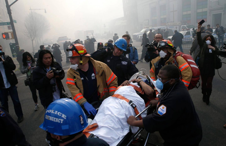 Une victime est évacuée par les pompiers à proximité de l'immeuble qui s'est effondré à New-York. Crédit Reuters