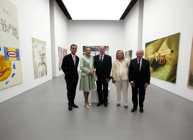 Le prince Albert II accompagné de Martin Bethelot, directeur du Palais Grassi, la majesté Farah Palhavi, Maryvonne et François Pinault.