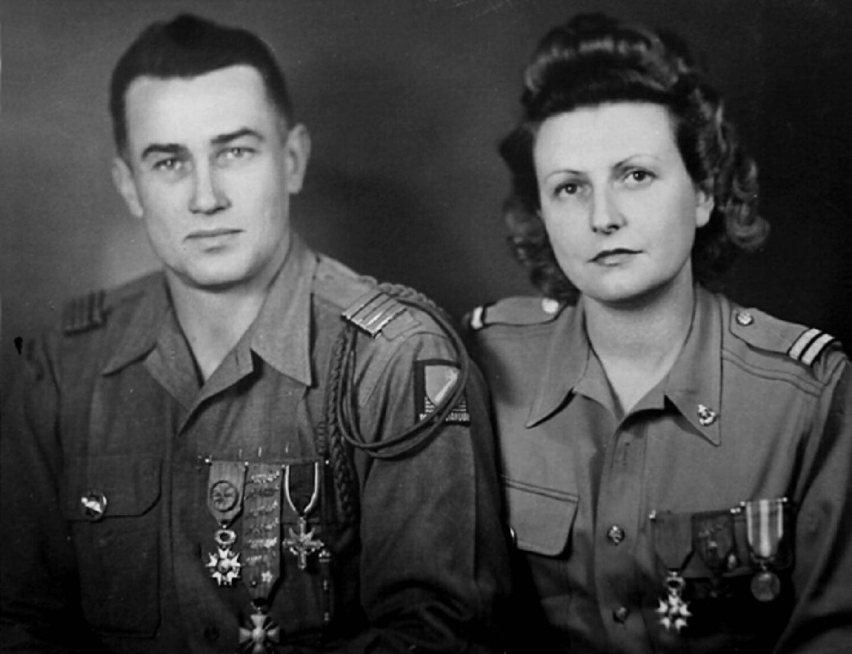 Suzanne Lefort-Rouquette avec son époux le général Lefort, le jour de leur mariage à Hyères, en uniforme, en septembre 1945.