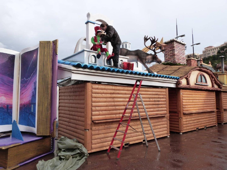 Depuis le lundi 24, les techniciens s'affairent pour installer les chalets, les décors mais aussi les guirlandes lumineuses et des sapins sur l'esplanade du Port Hercule.