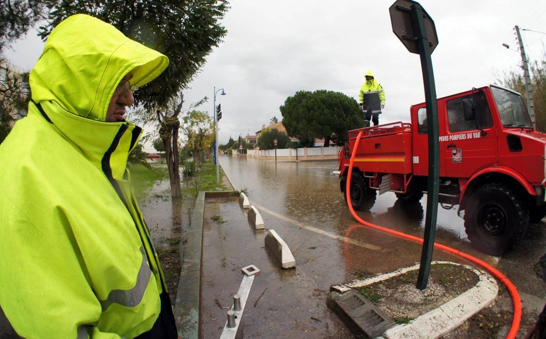 Opération de pompage jeudi, quartier des Salins à Hyères.