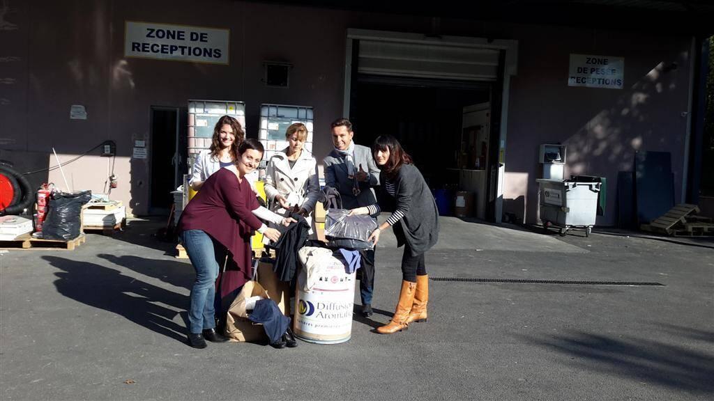 A diffusions aromatiques, les salariés participent à la collecte de vêtements de travail qui seront distribués à des demandeurs d'emploi.