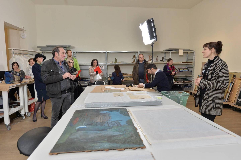 Dans chaque espace, le public est invité à découvrir des œuvres mais aussi à discuter, quand ils sont là, avec ceux qui travaillent dans les coulisses du musée. Ci-dessus : on inventorie de nouvelles pièces, celles issues d'une collection de Serge Lifar donnée par le Palais.