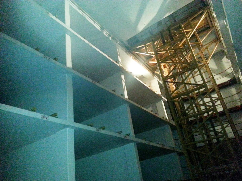 Sur 4 étages en sous-sol, dorment 56 places de parking, style boîte à chaussures.