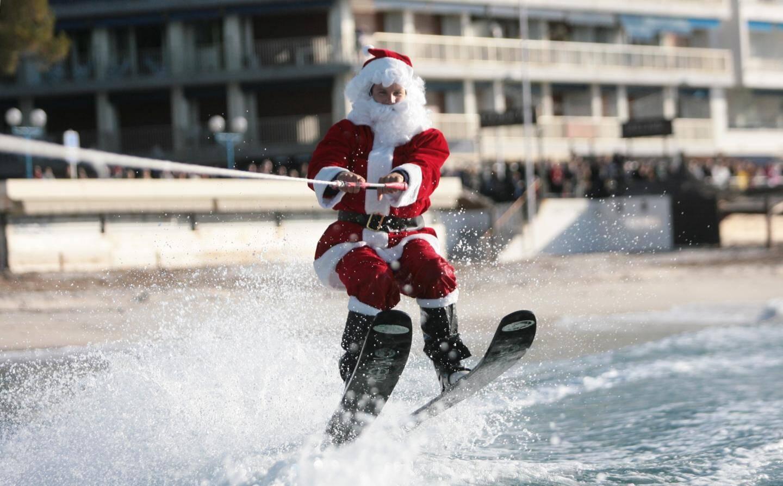 Le père Noël en ski nautique.