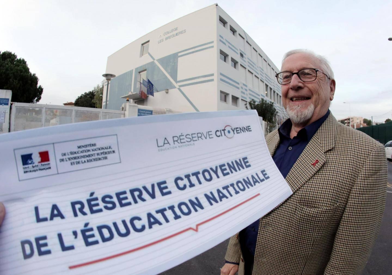 Le Cagnois Daniel Orbain, devant le collège des Bréguières où il sera peut-être amené à intervenir bientôt dans le cadre de la réserve citoyenne.