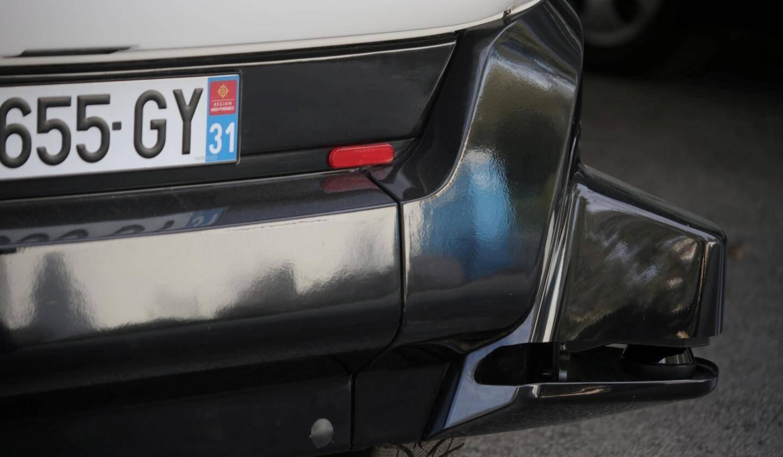 Quatre autres lasers, positionnés à chaque angle du véhicule, guettent la présence d'obstacles. Les lasers permettent de reconstituer une carte en 2D de l'environnement du véhicule.