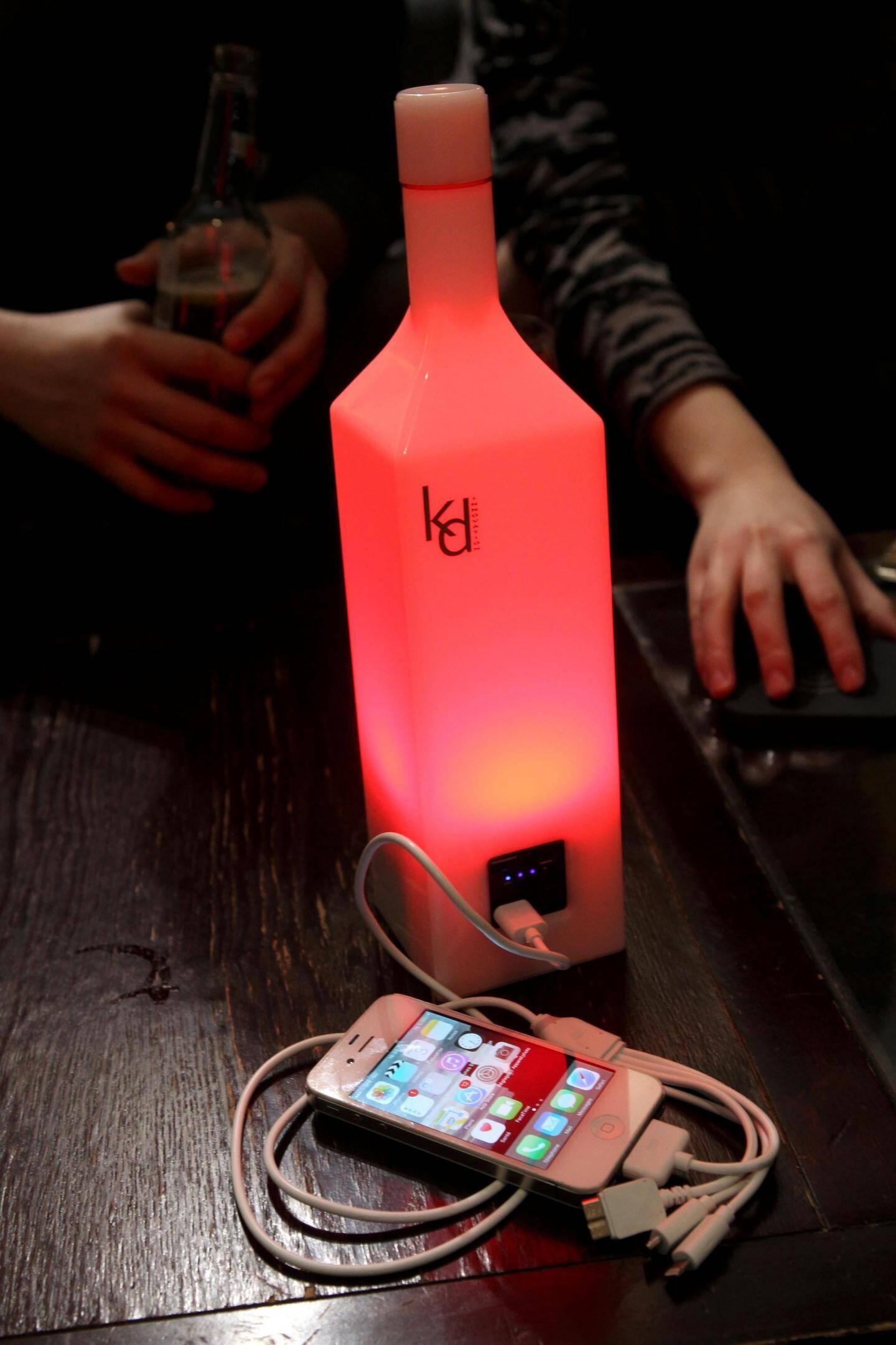 Au bar, en discothèque ou au restaurant, la Flash bottle recharge vos portables et périphériques. Pratique... et qui plus est design !