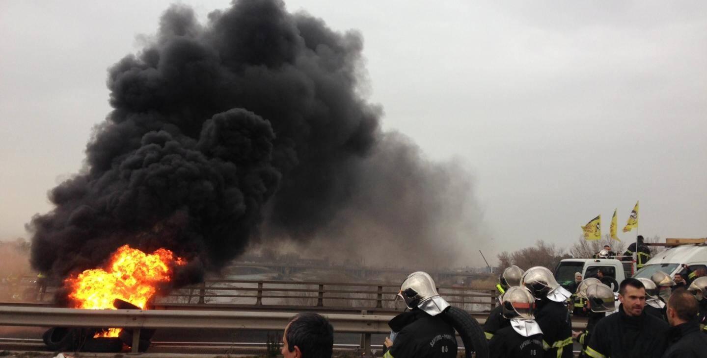 Les manifestants ont notamment incendié des pneus sur le terre-plein central, ce qui a provoqué un important panache de fumée, que l'on pouvait apercevoir de loin.