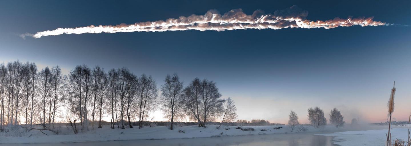 La double traînée de la météorite de Tcheliabinsk a été photographiée alors qu'elle fendait le cielde l'Oural, le matin du 15 février 2013.