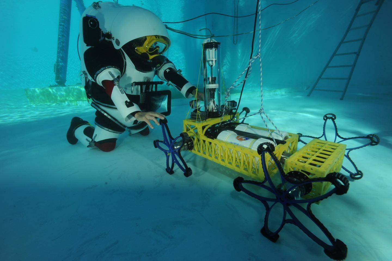 Cet exosquelette réglable permet de reproduire sous l'eau les conditions de l'apesanteur.