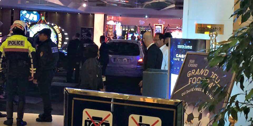 Une voiture finit sa course dans le casino du Café de Paris.