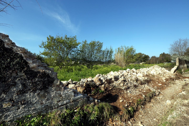 Le mur menaçait ruine depuis longtemps. L'entrée de la ZAC des Rougières devrait se faire par ici, à la sortie Macany de l'avenue Ritondale.