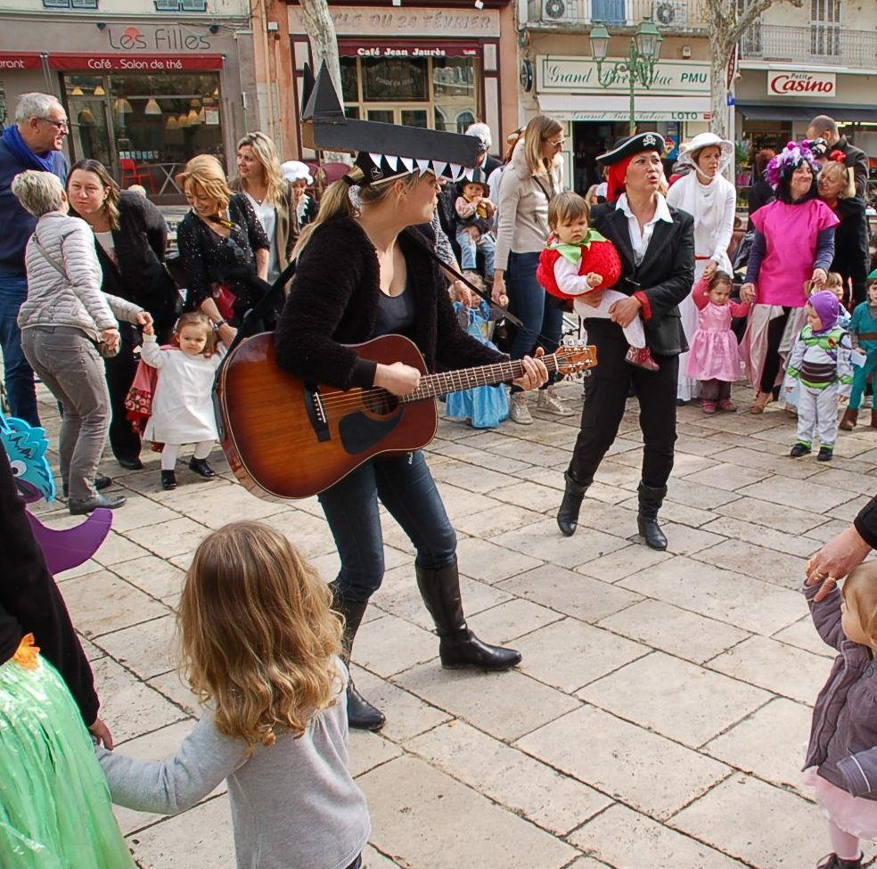 Pour le plus grand plaisir de tous, les chants et les danses ont égayé la place Jaurès.
