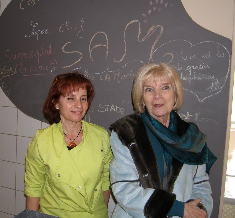 Sam et Brigitte posent devant le tableau de «mots doux» comme «Sameplaît la cuisine ».