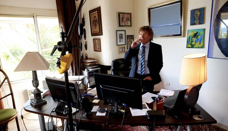 Dans son bureau de ministre, Jean-Pierre se voit déjà président.