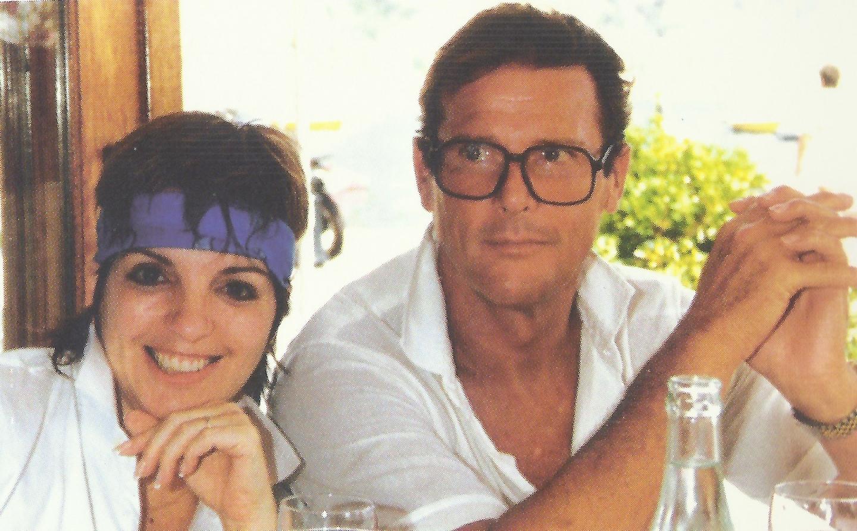 Liza Minelli et Roger Moore prennent la pause à la table de « La Mère Germaine ».