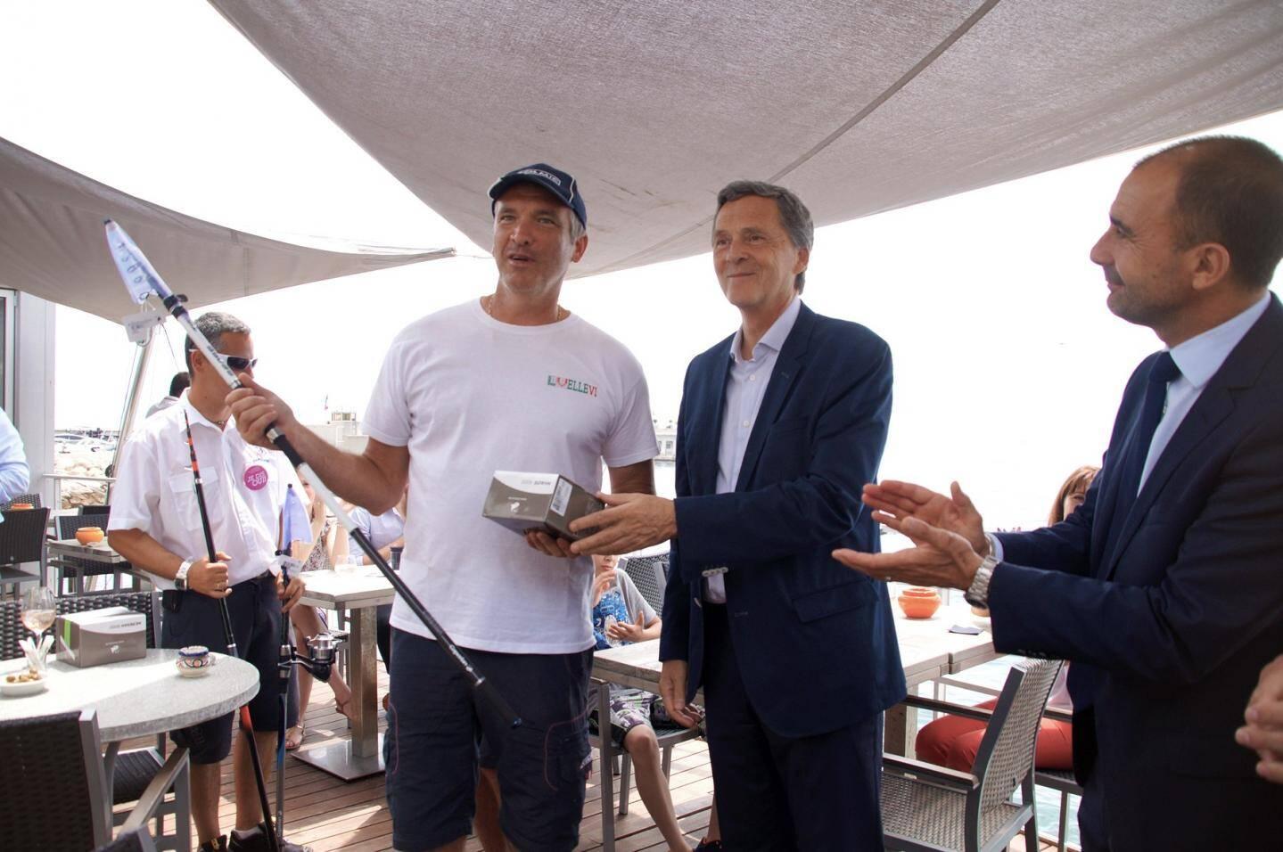 Xavier Beck, maire de Cap-d'Ail, a récompensé le vainqueur du concours de pêche de la matinée.