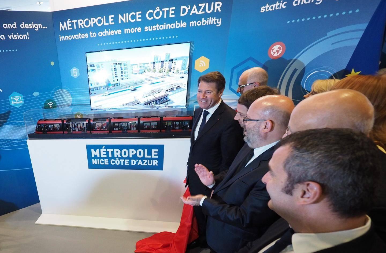Christian Estrosi dévoile la maquette de la rame du futur tramway qui doit circuler à partir de 2018 à Nice