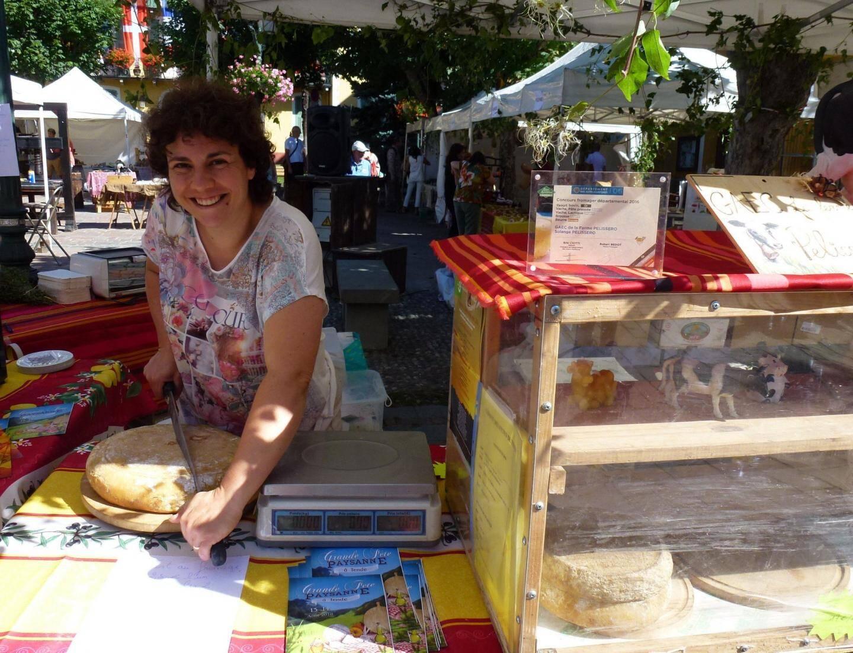 Démonstrations avec Séverine Lanteri : d'abord la traite, puis la fabrication du fromage avec le lait de ses vaches, en estive à Castérino.