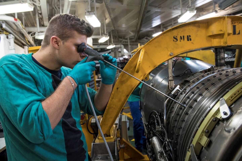 Activités de maintenance aéronautique sur des composants mécaniques d'aéronefs lors de l'entraînement opérationnel du porte-avions Charles-de-Gaulle, le 16 septembre