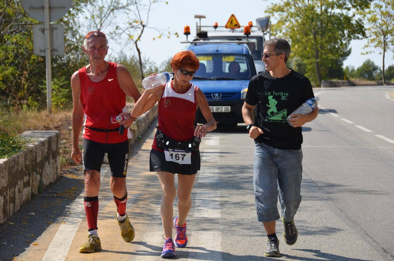 « Je n'aurais pas dû nager hier, j'ai perdu mes jambes. » Irène, la doyenne, se désole d'être ralentie, mais tient bon. Elle finit la course en compagnie d'Alexandre Berro, élu aux sports, et de Jean-Pierre, son mari, venu lui apporter de l'eau - et son soutien, surtout ! -.